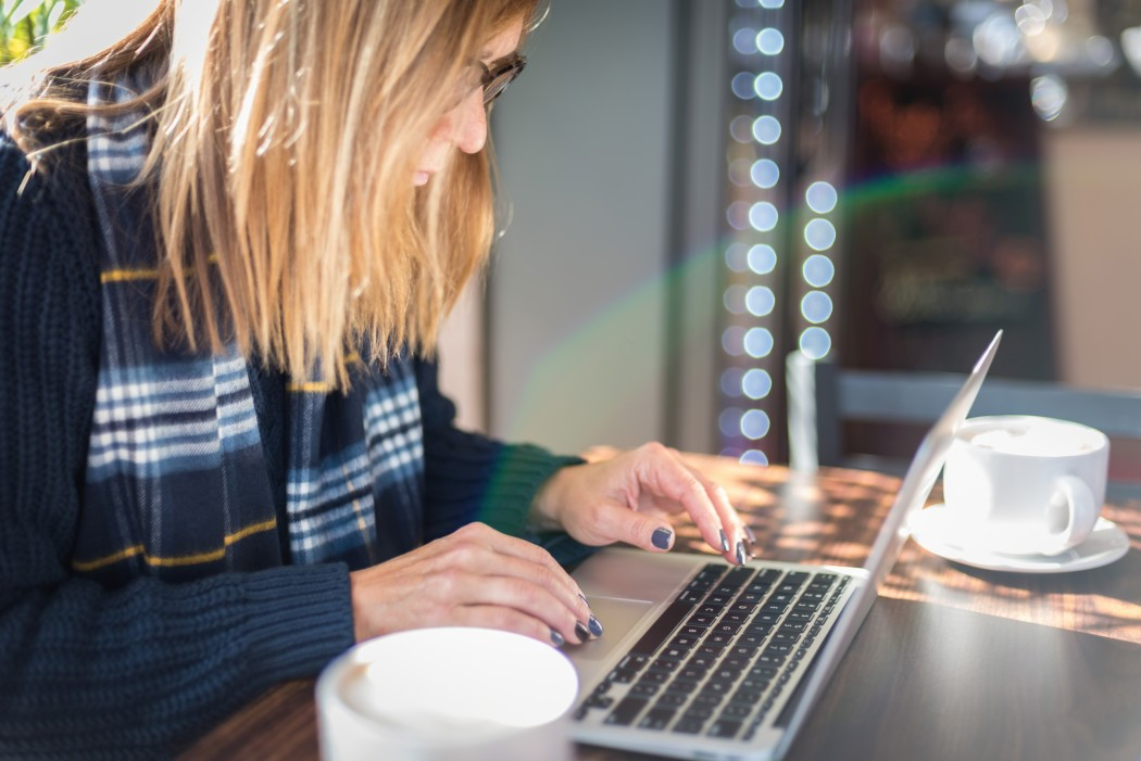 woman-using-laptop-in-coffee-shop