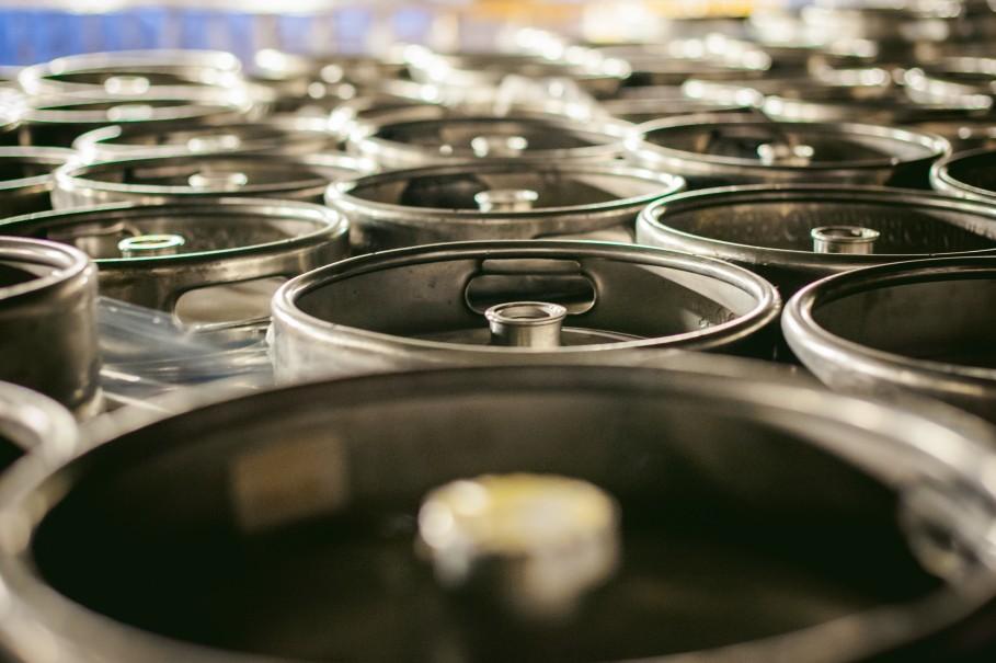 https://watt.co.uk/wp-content/uploads/2020/07/beer-kegs-many-metal-beer-keg-stand-in-rows-in-a-warehouse_t20_RzXa9N.jpg